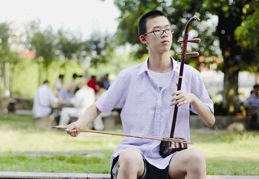 龙岩/高中生公园拉二胡 自称希望弦乐让路人放缓脚步